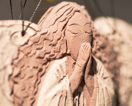 Clay angel praying macro 免版税图像