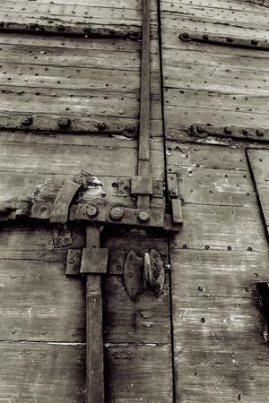 교도소: 감옥 문 메커니즘 검은 색과 흰색; 스톡 사진