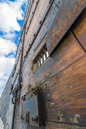 교도소: 나무 감옥 문 푸른 하늘