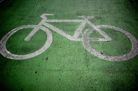 녹색 경로에 자전거 페인트 스톡 콘텐츠 - 60808056