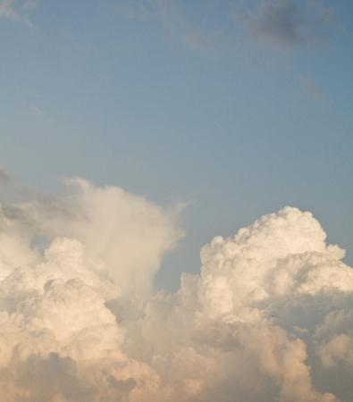 verdunkeln: Sturmwolken am blauen Himmel