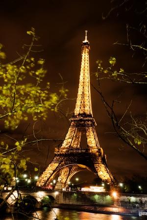 パリ, フランス、2010 年 11 月 12 日 - パリ、フランスの夜に点灯、エッフェル塔.フランスの最も訪問された記念碑。 報道画像