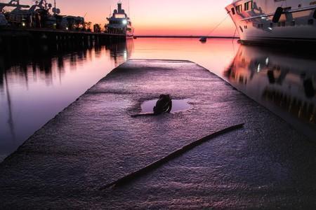 super yacht: Extra Large resto yacht di lusso nel porto al tramonto