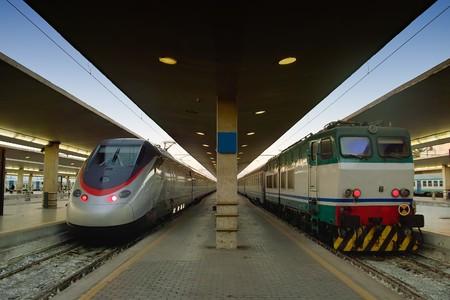 Moderno e antico treno uno contro l'altro in questa foto che mostra l'avanzamento della tecnologia nel settore del trasporto