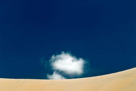 unspoiled: Hermosas dunas v�rgenes de Genipabu contra un cielo azul con nubes blancas, de Natal. Brasil
