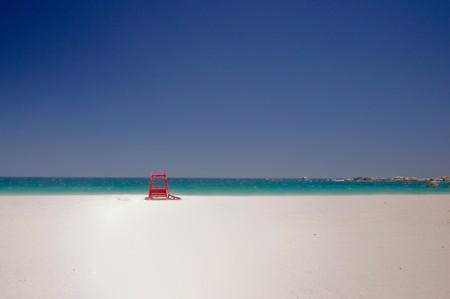 sauvegarde: Cabine de sauvegarde rouge isol�e dans la belle plage de la baie de camps avec une merveilleuse mer �meraude en arri�re-plan dans la ville de cape