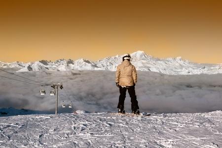 Snowboarder ammirando il Panorma prima di navigare nel forsome courchevel