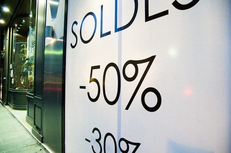 Sale sign in a French shop window Banque d'images