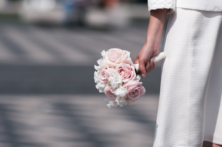 Brautstrauß halten von Braut Fokus auf die Blumen.