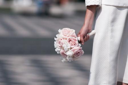 Bruidsboeket houden door bruid focus op de bloemen.