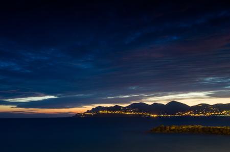 coucher de soleil dramatique dans la baie de Cannes, près de mandelieu la Napole, avec la silhouette spectaculaire du massif de l'Esterel en arrière-plan