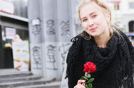 Belle fille buyng d'une rose sur un marché