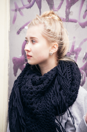 Portrait of a beautiful blonde girl dressed with style in a winter and cold day Banque d'images