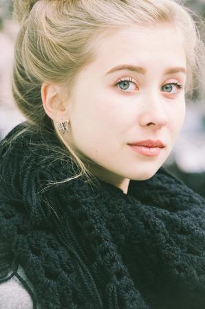 Portrait d'une belle jeune fille blonde habillée avec style dans un hiver et froide journée
