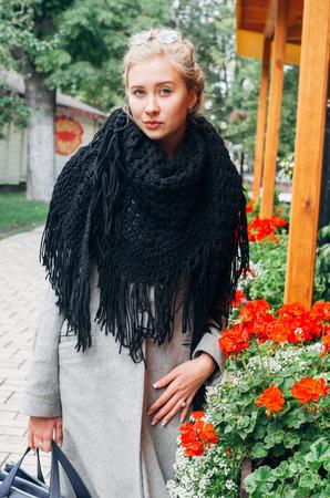 Portrait d'une belle fille blonde de style français vêtue d'un jour d'automne