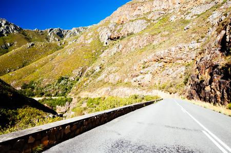Straße, die zum Tradouw Pass nahe Barrydale Westkap Südafrika ausdehnt