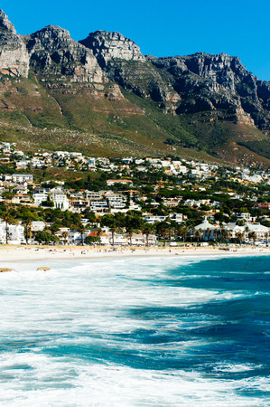 tabla de surf: The coastal line of camps bay with the twelve apostle mountains behind it. Camps Bay is one of the most exclusive resort of south africa. Editorial