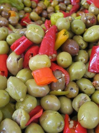 chiles picantes: aceitunas y pimientos caliente  Foto de archivo