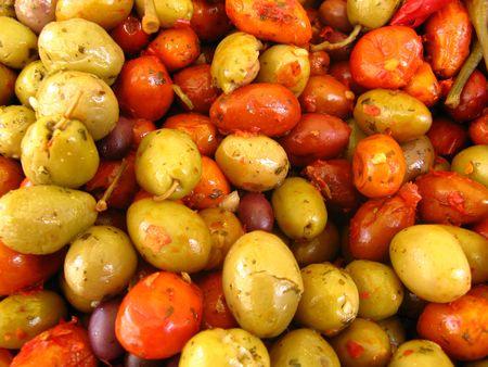 chiles picantes: aceitunas verdes y pimientos caliente en el mercado  Foto de archivo