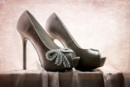 Close up portrait de la chaussure une jeune mariée se prépare à porter le jour de son mariage. L'image a été texturé pour regarder plus artistique.