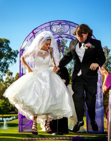 新郎新婦は、結婚式の一部としてほうきをジャンプします。 写真素材