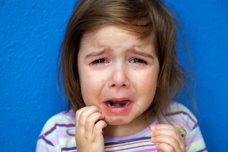 非常に若い女の子は彼女の鶏痘を掻きながら大粒の涙を泣いている彼女のパジャマ姿で立っています。 写真素材