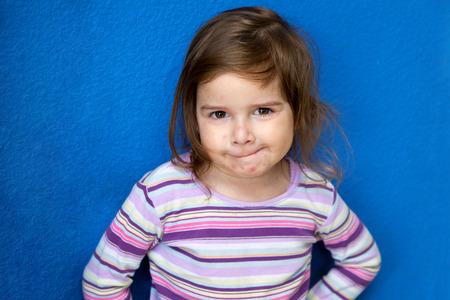 varicela: Una niña muy linda con Varicela mira a la cámara con una mirada traviesa como si ella está tramando algo.