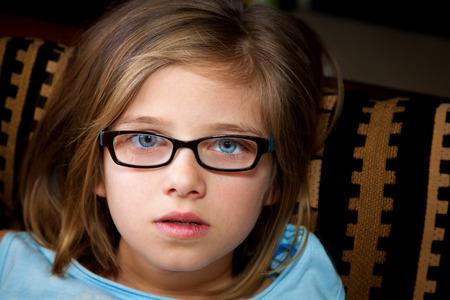 唖然とした、若い、ブロンドの女の子を見て信じられない思いでカメラ。 彼女の目は青とワイド オープン、彼女の乾いた唇が少し離れています。