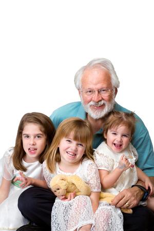 彼のひざに座っている彼の 3 つ、若い孫娘と年配の男性。 彼らは白い背景の前では、クリッピング パスを分離。