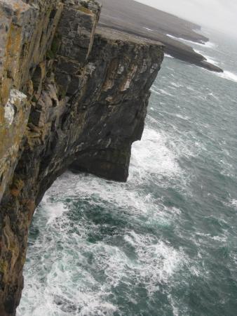 aran islands: Acantilados costeros de las islas de Aran en el Inishmore
