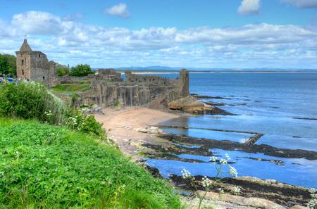 Ruinas del castillo de St. Andrews en St. Andrews, Escocia.