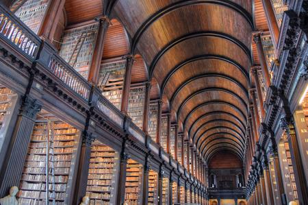 더블린, 아일랜드 -2011 년 5 월 30 일 : 트리니티 칼리지 더블린에서 오래 된 도서관에서 긴 방. 에디토리얼