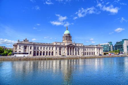 Het aangepaste huis aan de rivier de Liffey in Dublin, Ierland.