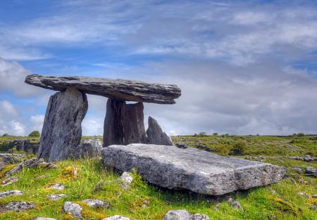Poulnabrone 고인돌 무덤, Burren, 아일랜드 스톡 콘텐츠
