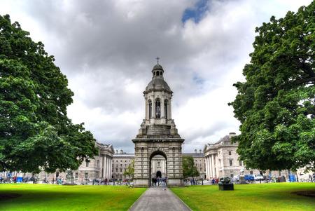 Dublin, Ireland - May 29, 2017: The courtyard of Trinity College and the Campanile of Trinity College in Dublin, Ireland on May 29, 2017. Redactioneel