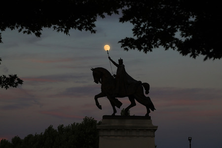 July 7, 2017 - St. Louis, Missouri - The sunset over the Apotheosis of St. Louis statue of King Louis IX of France, namesake of St. Louis, Missouri in Forest Park, St. Louis, Missouri. Editöryel