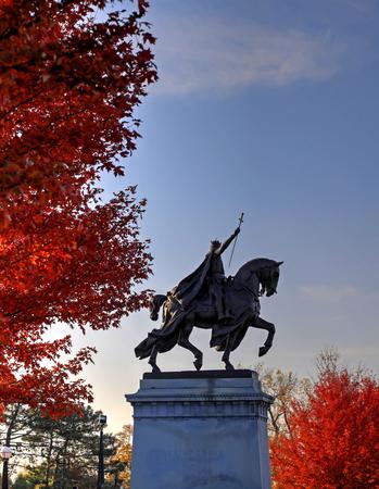 2017 年 11 月 3 日 - セントルイス、ミズーリ州 - 森林公園、セントルイス、ミズーリ州のフランスの国王ルイ 9 世の聖ルイの神と崇める像周辺の秋の