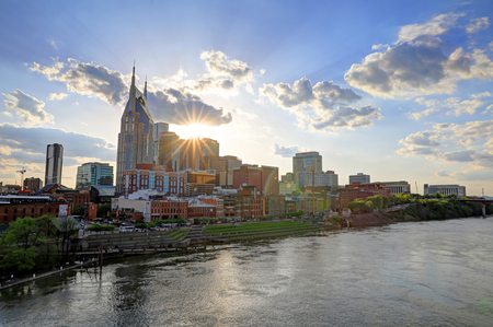 Nashville, Tennessee, USA - April 27, 2018: Downtown Nashville, Tennessee, The Music City, seen at dusk from The Cumberland River. 新聞圖片