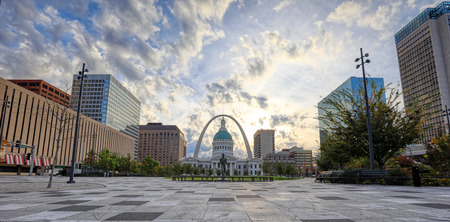October 30, 2018 - St. Louis, Missouri - Kiener Plaza and the Gateway Arch in St. Louis, Missouri. 免版税图像 - 115273716