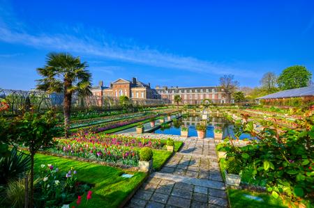Londen, Verenigd Koninkrijk - 17 april 2019: Kensington Palace-tuinen op een lenteochtend in het centrum van Londen, VK.