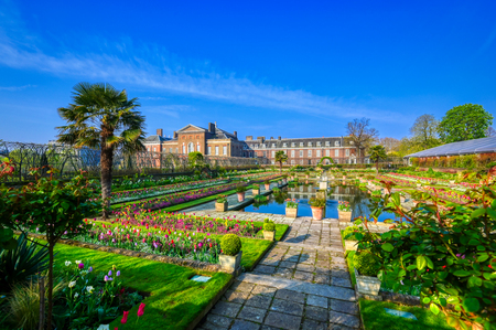 London, Großbritannien - 17. April 2019: Kensington Palace Gardens an einem Frühlingsmorgen im Zentrum von London, Großbritannien.
