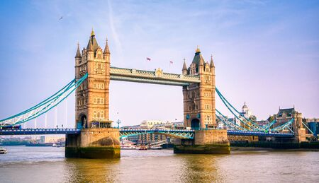 Tower Bridge across the River Thames in London, UK. Banque d'images