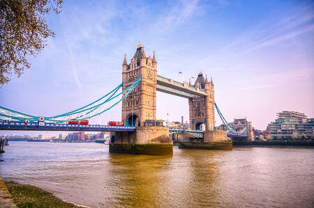 Tower Bridge przez Tamizę w Londynie, Wielka Brytania. Zdjęcie Seryjne