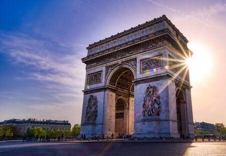 Une vue sur l'Arc de Triomphe situé à Paris, France.
