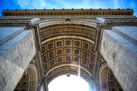 Une vue sur l'Arc de Triomphe situé à Paris, France. Banque d'images