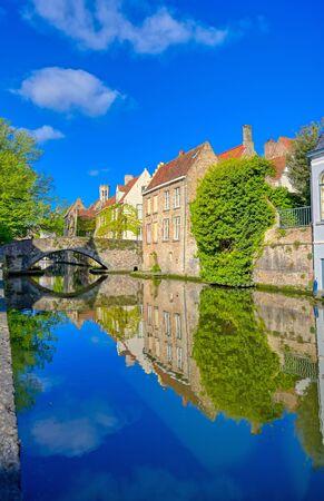 De grachten van Brugge (Brugge), België op een zonnige dag.