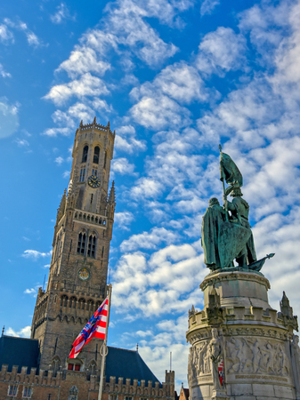 The Jan Breydel and Pieter de Coninck statue located in the historical city center and Market Square (Markt) in Bruges (Brugge), Belgium on a sunny day. Banque d'images - 128330493