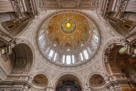 Berlin, Niemcy - 4 maja 2019 r. - Wnętrze katedry berlińskiej znajdującej się na Wyspie Muzeów w dzielnicy Mitte w Berlinie, Niemcy.