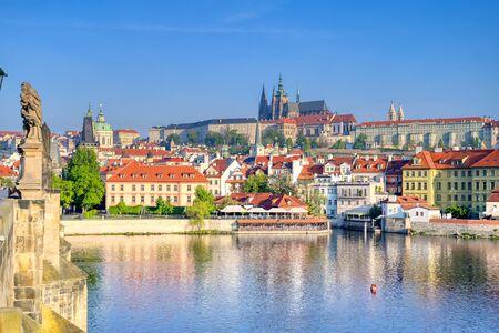 Widok przez Most Karola i Wełtawę na Zamek Praski i Katedrę św. Wita w Pradze, Czechy. Zdjęcie Seryjne