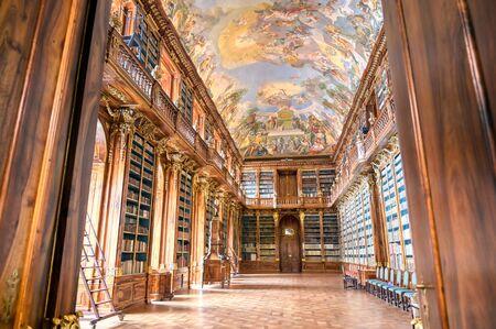 Prague, Tsjechië - 9 mei 2019 - De bibliotheek in het Strahov-klooster in Strahov, Praag, Tsjechië.